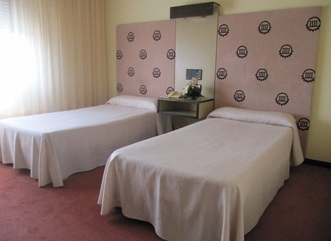 Standard double room with two beds in Hotel Cuatro Postes